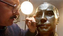 Ruský sochař daruje Schwarzeneggerovi bustu premiéra Putina
